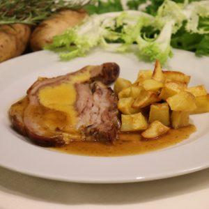 Punta di vitello ripiena e cotta al forno con patate arrosto